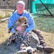 Cucciolo ghepardo incontra di nuovo il volontario: coccole e abbracci8