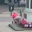 Donna defeca sul monumento ai caduti: arrestata4