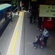 Intrappolata con mano nella porta del treno: trascinata per 9 metri