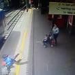 Intrappolata con mano nella porta del treno: trascinata per 9 metri5