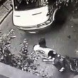 Napoli, netturbini gettano rifiuti davanti pizzeria4