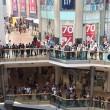 Scavalca ringhiera centro commerciale e si lancia3