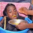 YOUTUBE Rahma, senza gambe né braccia: la ragazza che vive in una bacinella 5