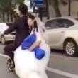 Sposini in viaggio di nozze: scooter salta su dosso e lei5