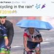 Tour de France, grandinata durante gara Pantano al traguardo con l'ombrello2
