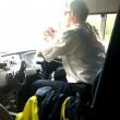 VIDEO Autista guida e sterza pullman usando i gomiti4