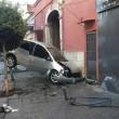 YOUTUBE Caivano, incidente choc: auto incastrata tra palo e muro