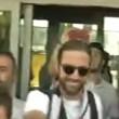 YOUTUBE Gonzalo Higuain all'aeroporto di Torino: pollice in alto e sciarpa Juve3