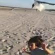Bambino dà da mangiare ai gabbiani, ma loro lo attaccano2