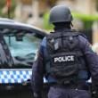 Uomo su auto con bombole di gas nel parcheggio della polizia a Sydney