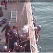 VIDEO YOUTUBE Tenta di gettarsi dal ponte di Manhattan e rimane appeso 5
