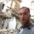 Terremoto Amatrice, selfie Simone Coccia Colaiuta tra le macerie. Pezzopane lo posta poi...