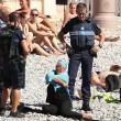 Nizza, dorme col burqini in spiaggia: polizia glielo fa togliere e la multa 01
