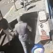 Col machete entra in un McDonald's di Londra6