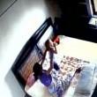 YOUTUBE Madre picchia la figlia neonata: ripresa dalle telecamere 2
