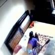 YOUTUBE Madre picchia la figlia neonata: ripresa dalle telecamere 7