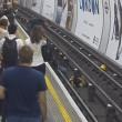 Metro Londra: salva uomo su binari. Caccia all'eroe misterioso4