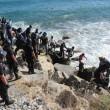 Ventimiglia, migranti sfondano confine: a nuoto fino in Francia, occupano scogliera02