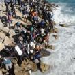 Ventimiglia, migranti sfondano confine: a nuoto fino in Francia, occupano scogliera07