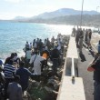 Ventimiglia, migranti sfondano confine: a nuoto fino in Francia, occupano scogliera11