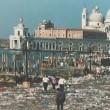 Venezia, guerra ai barbari turisti: città latrina ma la colpa di chi è?