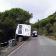 Vesuvio, autobus con 35 turisti esce di strada: in bilico su un dirupo3