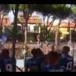 Pisa, calciatori festeggiano con tifosi fuori dallo stadio11