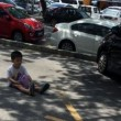 Mamma lascia figlio di 3 anni in strada, sotto il sole, per tenerle il parcheggio FOTO