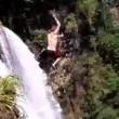 Si butta da una delle cascate più alte del mondo: salvato da due turisti7