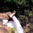 Si butta da una delle cascate più alte del mondo: salvato da due turisti6