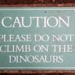 Si tira giù le mutande e si struscia sul dinosauro di ceralacca FOTO3