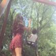 VIDEO Belen Rodriguez spinge il figlio Santiago sull'altalena: la gonna...