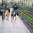 VIDEO YOUTUBE India, madre e figlio sui binari rischiano di essere travolti