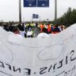 """Calais. Camionisti e agricoltori bloccano autostrada: """"Chiudete campo profughi"""" FOTO"""