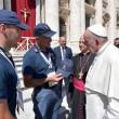Papa Francesco accarezza Leo, cane eroe. E indossa berretto polizia 3