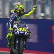 Valentino Rossi fa il dito medio a Aleix Espargaro