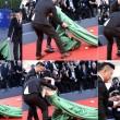 Mostra del Cinema di Venezia, attrice cinese Liang Jingke cade sul red carpet FOTO
