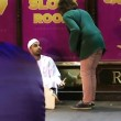Finto homeless musulmano vestito con abiti tradizionali4