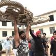 Iron Man d'India solleva moto su testa e si fa schiacciare da auto3