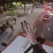 Londra, salta dall'albero sul tetto del bus a due piani