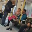 Picchia asatico nella metro di Londra: donna insegue aggressore6