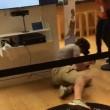Prova gioco realtà virtuale: si lancia a terra di faccia nel negozio3