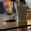 Prova gioco realtà virtuale: si lancia a terra di faccia nel negozio2
