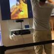 Prova gioco realtà virtuale: si lancia a terra di faccia nel negozio