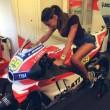 Belen Rodriguez in sella sulla moto di Andrea Iannone (foto Instagram)