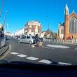 Auto non si ferma alla rotonda e travolge ciclista 5