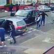 Birmingham, bande rivali si picchiano in strada con mazze e machete5
