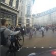 Decine ciclisti passano col rosso a Londra pedoni vengono schivati2