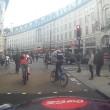 Decine ciclisti passano col rosso a Londra pedoni vengono schivati