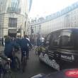 Decine ciclisti passano col rosso a Londra pedoni vengono schivati7